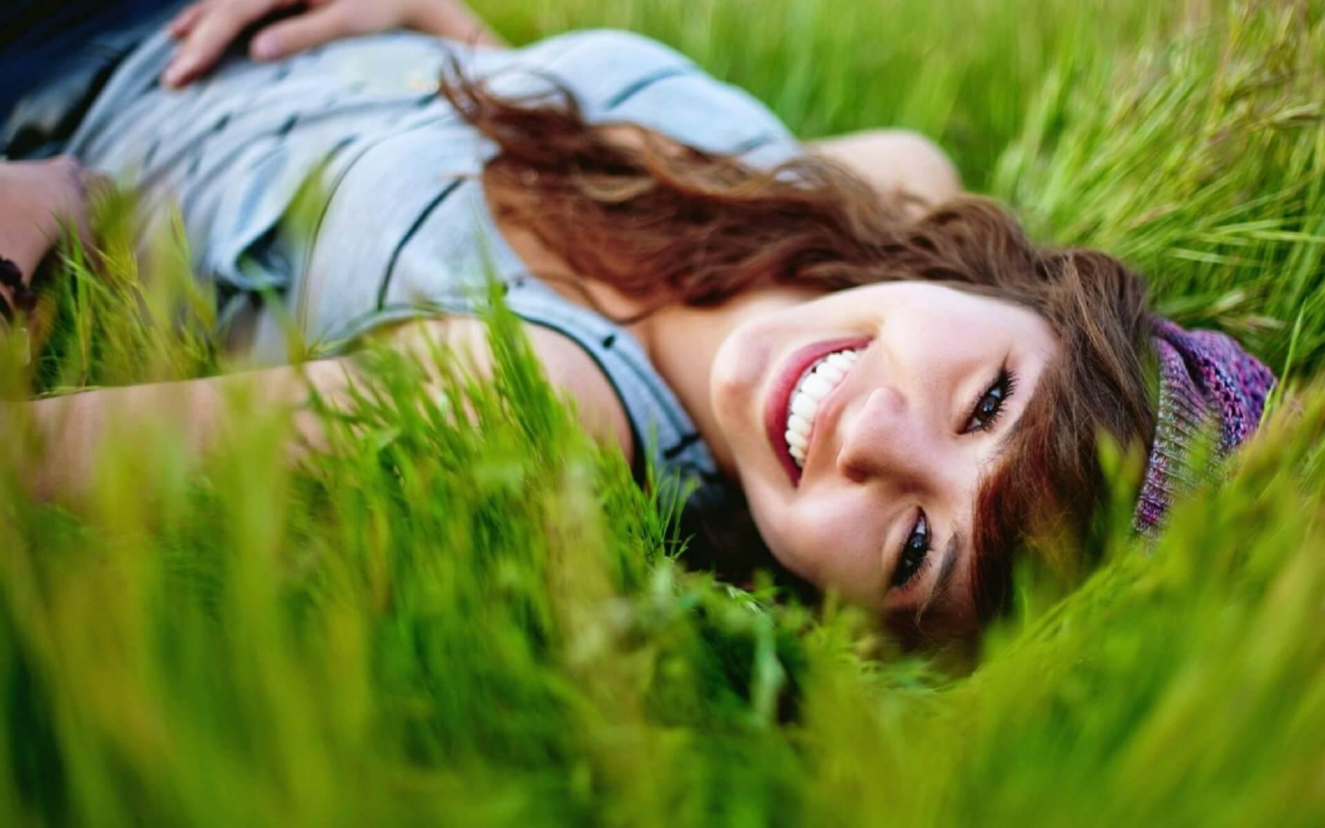 Mergina žolėje